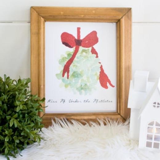 """Những khung ảnh gỗ hoặc kim loại có thể dễ dàng được đặt mua chỉ trong một cú """"click"""", giá dao động khoảng vài chục nghìn. In ảnh lên giấy hoặc rửa ra để màu sắc được nét hơn, sau đó lồng vào khung. Thế là xong!"""