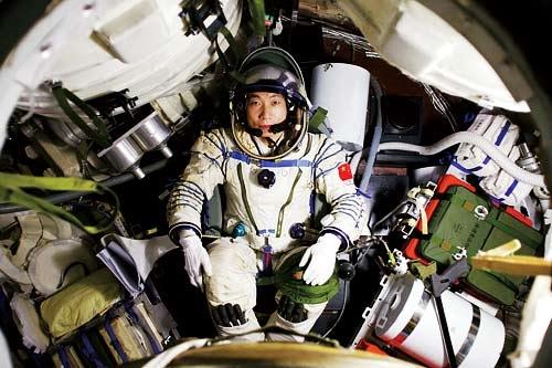 Yang Liwei trên con tàu bay vào không gian. (Ảnh: china.org.cn)