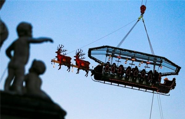 Bạn có muốn ăn tiệc Noel trên cỗ xe tuần lộc đang bay?