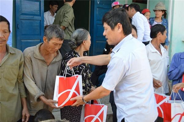 Ông Bùi Văn Thành - chủ tịch UBND huyện Tuy An trao quà cho đồng bào.