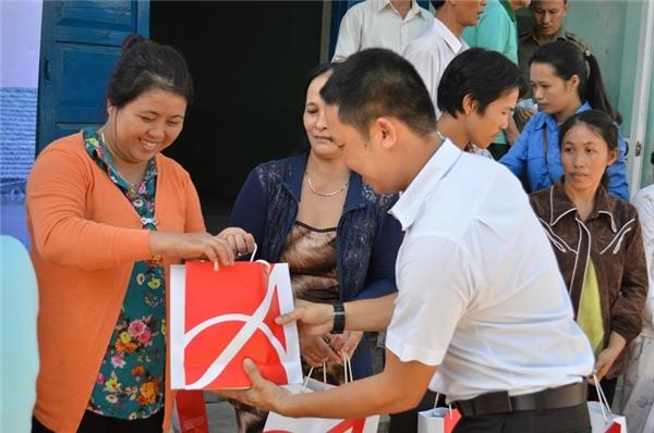 Ông Võ Nhựt - đại diện Công ty Ajinomoto Việt Nam - trao quà cho bà con.