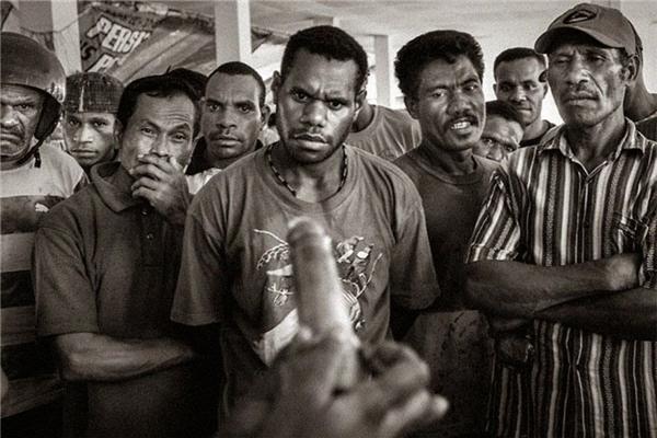 #8 Hướng dẫn cách sử dụng bao cao su tại một khu chợ ở Jayapura - thủ đô của Papua, vào năm 2009.(Ảnh: Life Buzz)