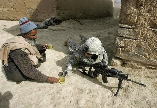 #13 Cụ ông người Afghanistan mang trà cho một anh lính.(Ảnh: Life Buzz)