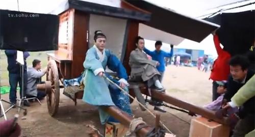 Để đóng cảnh đánh xe ngựa trong Nữ Y Minh Phi Truyện, Hoắc Kiến Hoa chỉ cần cầm roi quất trong khi đó các nhân viên phía trước rung lắc hai thanh gỗ tạo hiệu ứng di chuyển.