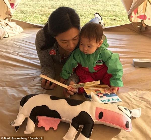 Mẹ Priscilla đọc sách cho Max nghe bên vào dịp lễ Tạ ơn.