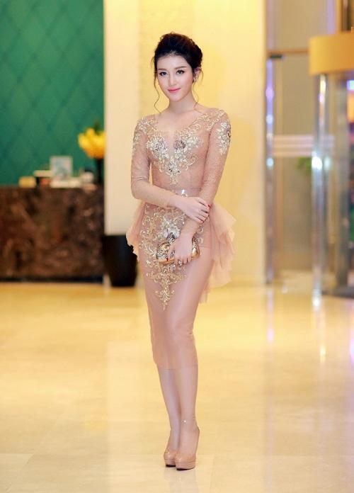 Tham gia một sự kiện gần đây, Huyền My trở thành tâm điểm của mọi sự chú ý khi diện bộ váy xuyên thấu mỏng manh có màu sắc tương cận sắc da. Thiết kế với phom ôm sát càng người người xem hoa mắt khi lầm tưởng Á hậu Việt Nam 2014 hở bạo.