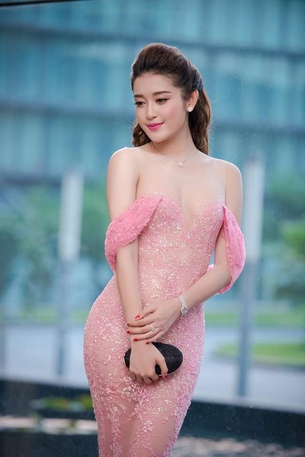 Cách đây khá lâu, Huyền My cũng từng khiến khán giả hoảng hồn với bộ váy màu hồng nhạt như chực chờ rơi khỏi vòng một của cô. Nhưng thực tế, phần cầu vai của bộ váy lại được níu giữ bằng lớp vải lót màu da khá mỏng manh.