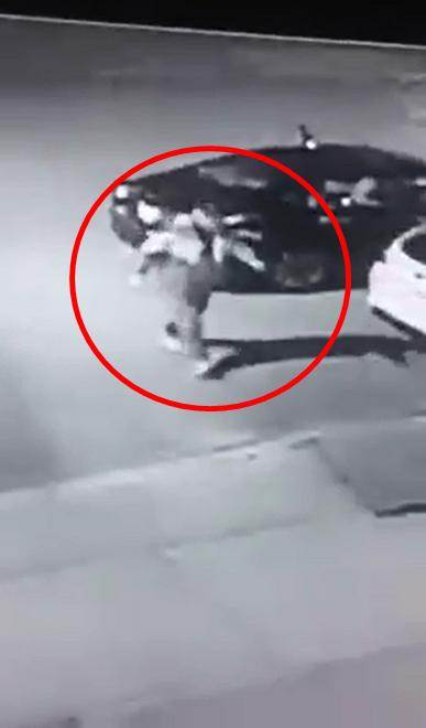 Người đàn ông đã đánh cắp đèn trang trí Giáng sinh. (Ảnh cắt từ clip)