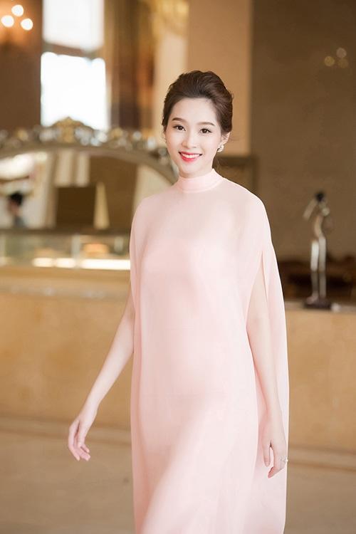 Á hậu Lệ Hằng, Hoa hậu Thu Thảo nhẹ nhàng, mỏng manh với tông hồng đào ngọt ngào.