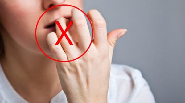 Cắn da bong tróc bằng răng rất dễ gây nhiễm trùng. (Ảnh: Internet)