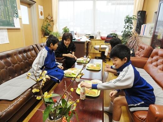 Ăn trưa cùng bạn học và thầy cô là một nét đẹp văn hóaở Nhật.