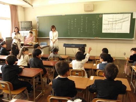 Trái với suy nghĩ của nhiều người, đất nước khiến cả thế giới nghiêng mình vì tầm cao công nghệ vẫn sử dụng trang thiết bị dạy học rất giản đơn.