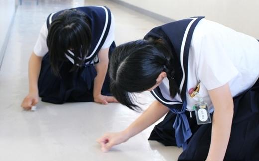 Các học sinh phải tự lau dọn phòng ốc, hành lang.