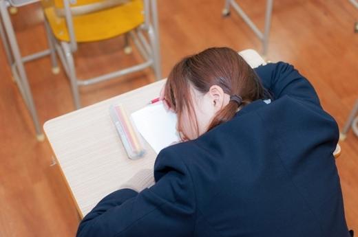"""Vì lịch học dày đặc, học sinh thường được giáo viên thông cảm nếu có lỡ """"gục mặt xuống bàn"""" trong giờ chính khóa."""