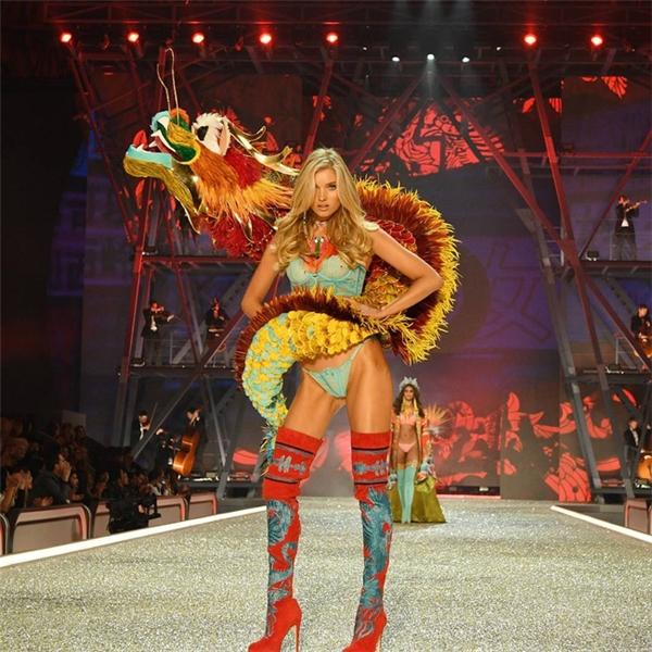 Thiên thần người Thụy Điển Elsa Hosk là người vinh dự mở màn cho bộ sưu tập và Victoria's Secret 2016. Bộ cánh mà cô mang có khối lượng không hề nhỏ.