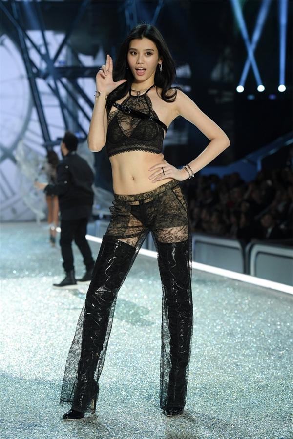 Ming Xi là một trong 4 chân dài châu Á được xuất hiện tại Victoria's Secret 2016 qua nhiều vòng tuyển chọn gắt gao.