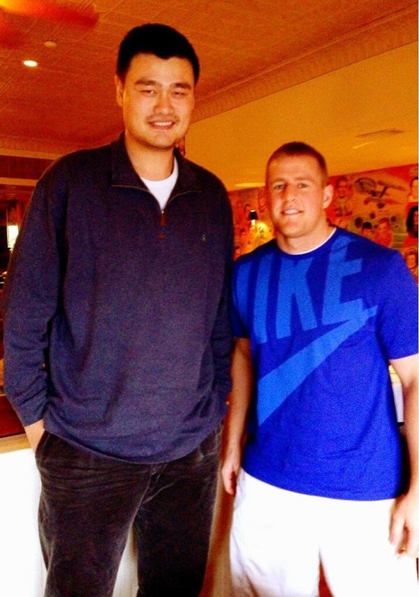 Mặc dùcao 1m95 và nặng 131 kg nhưngJJ Watttrông chỉ như một cậu học sinh trung học khi đứng cạnhYao Ming.