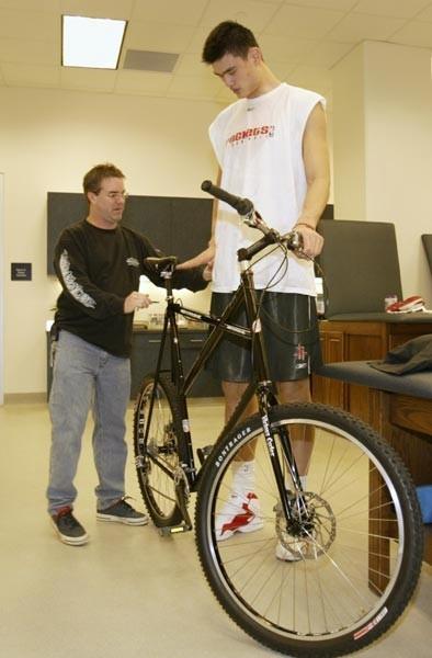 """Đến chiếc xe đạp của anh cũng phải """"khủng"""" để xứng tầm với chủ nhân của nó."""