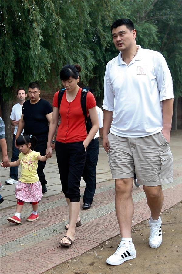 Vợ anh, Ye Li, cũng là một cầu thủ bóng rổ với chiều cao 1m85.