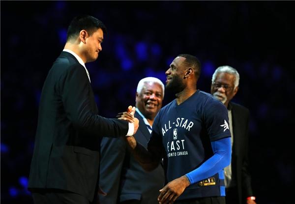 Đến siêu sao LeBron James cao hơn 2m vẫn chưa là gì so với Yao Ming.