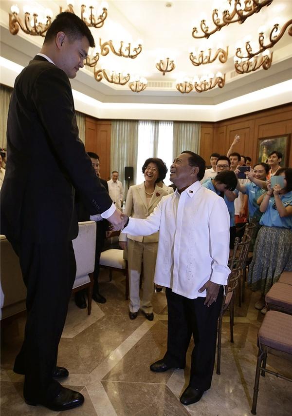 """Mọi người xung quanh đều tỏ ra phấn khích với sự chênh lệch chiều cao thú vị giữa """"người khổng lồ"""" vàphó tổng thống Phillipines Jejomar Binay."""