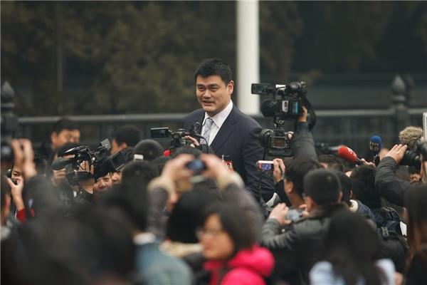 Cánh phóng viên phải rất vả giơ máy lên ghi hình mỗi khi anh xuất hiện.