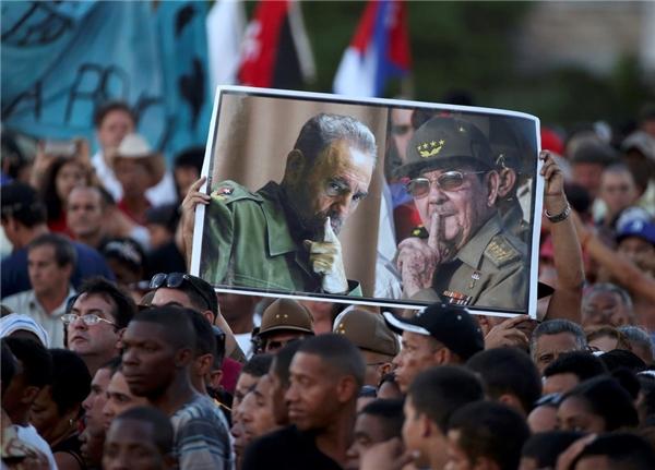 Người dân Cuba giơ cao ảnh ông Fidel Castro trong Quốc tang tại La Havana. (Ảnh: Reuters)