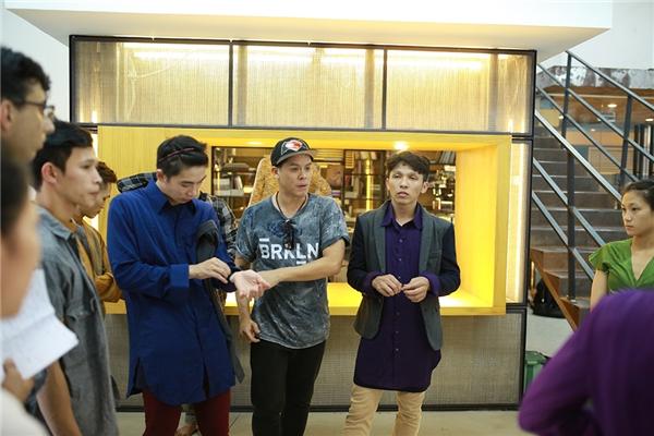 John Huy Trần cùng học trò mướt mồ hôi luyện tập hết mình trên sàn tập