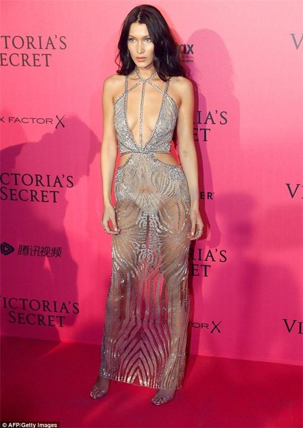"""Bella Hadid dù mới tham gia Victoria's Secret lần đầu tiên nhưng đã """"chặt chém"""" các đàn chị với thiết kế xuyên thấu táo bạo kết hợp những đường cắt sắc bén."""