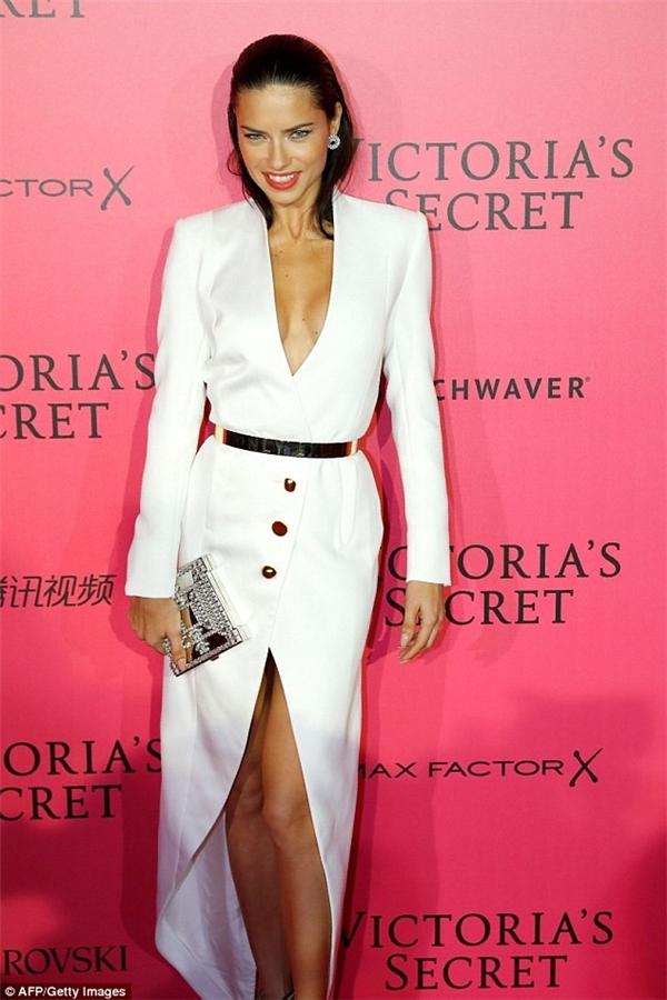 Adriana Lima diện thiết kế màu trắng kín đáo hơn hẳn các đàn em. Cô là một trong những chân dài kỳ cựu gắn bó với show diễn nội y danh giá nhất hành tinh.