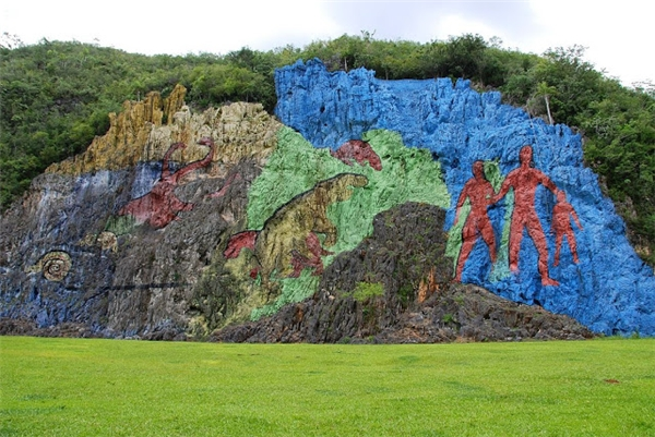 Bức tranh trên vách núi tại thung lũng Vinales - Cuba, mô tả lịch sử của loài người. (Ảnh: Internet)