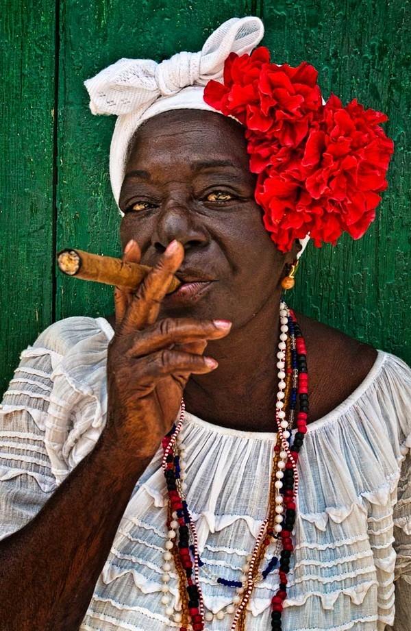 Và tất nhiên phải kể đến xì gà - độ nổi tiếng của xì gà Cuba khiến những người không biết hút thuốc cũng muốn một lần được thử. (Ảnh: Internet)