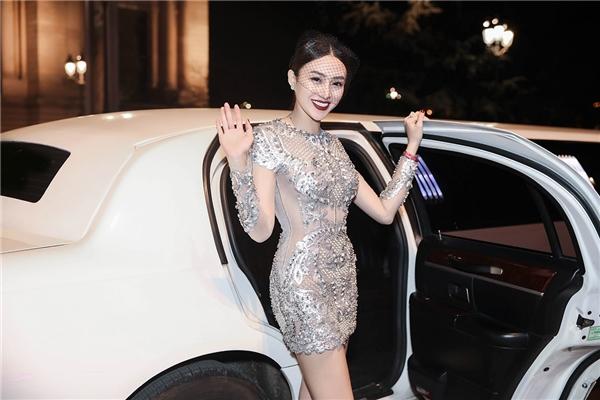 Với vẻ ngoài ngọt ngào, thanh tú, Lê Hà nhanh chóng thu hút sự chú ý của quan khách tham gia sự kiện. Trong chuyến đi này, cô và ekip cũng dành thời gian để thực hiện một vài bộ ảnh thời trang để giới thiệu đến khán giả quê nhà và nhận được phản hồi rất tích cực.