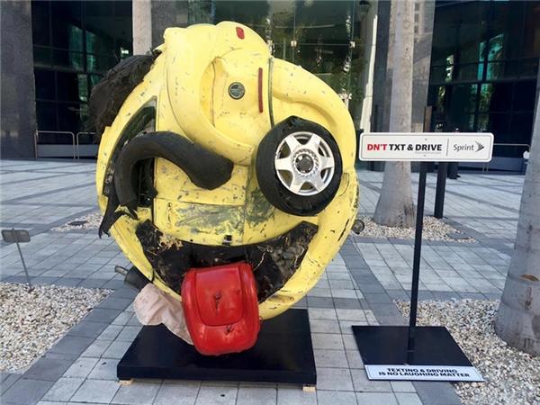 Đừng sử dụng điện thoại trong khi đang lái xe.