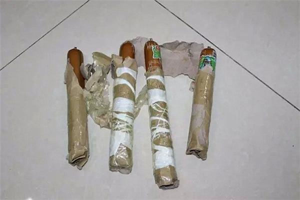 Những quả bom được làm từ xúc xích.