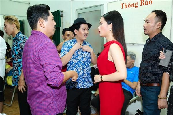 Các nghệ sĩ bàn bạc cùng nhau trước giờ diễn. - Tin sao Viet - Tin tuc sao Viet - Scandal sao Viet - Tin tuc cua Sao - Tin cua Sao