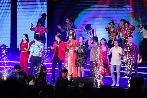 Các nghệ sĩ chào tạm biệt khán giả khi kết thúc đêm diễn. - Tin sao Viet - Tin tuc sao Viet - Scandal sao Viet - Tin tuc cua Sao - Tin cua Sao