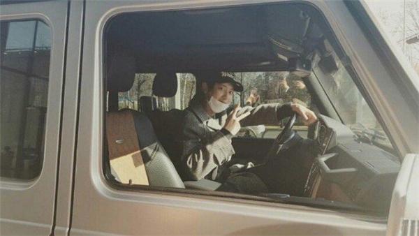 Những hình ảnh Chanyeol mua xe ngập tràn mạng xã hội.
