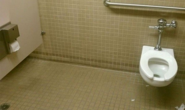 Sử dụng bồn cầu này, bạn phải mang theo... gậy tự sướng để khều giấy vệ sinh đấy nhé.