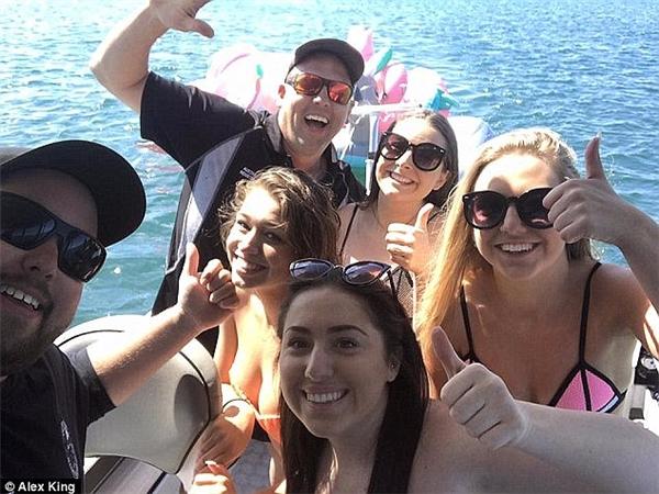 """Họ đã ăn mừng bằng bức ảnh """"selfie"""" . (Ảnh:Alex King)"""