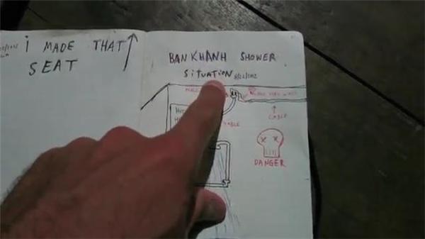 """Casey đặc biệt ghi hai chữ """"Nguy hiểm"""" khi nói về cái nhà tắm thần thánh ở Mai Châu."""