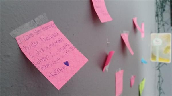 Những tin nhắn của người thân và bạn bè dán trong phòng cô gái sau khi cô qua đời.
