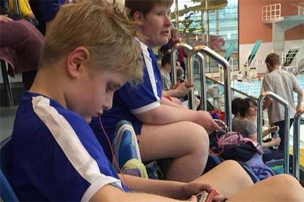 Rory Logan ngồi buồn khi biết kết quả.