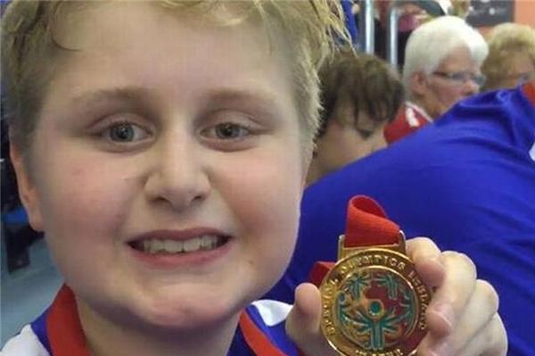 Rory vui mừng giành huy chương vàng ở nội dung bơi tự do 25 mét cá nhân