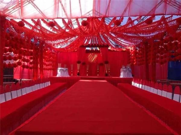 Một màu đỏ bao trùm toàn bộ không gian tiệccưới.(Ảnh: Chụp màn hình)