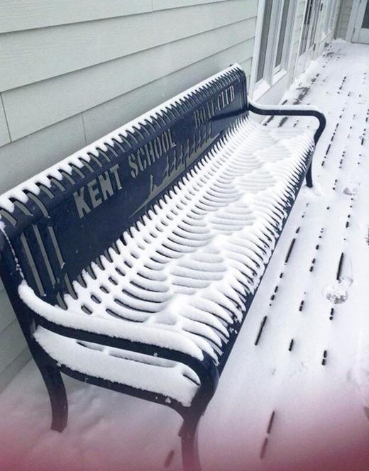 Tuyết rơi vào khe ghế đá tạo nên một tác phẩm nghệ thuật tuyệt vời.