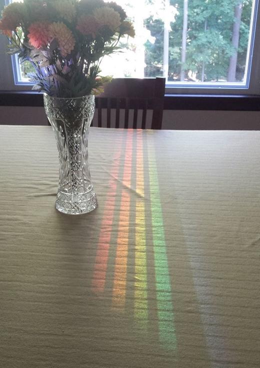 Ánh nắng chiếu qua khe hở chiếc ghế, tạo nên 7 sắc cầu vồnghoàn toàn ngẫu hứng.