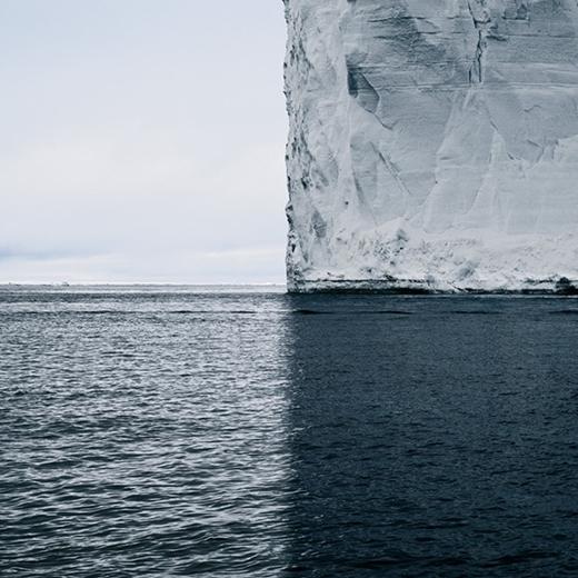 Bóng củatảng băng trên biển tiếp nối hoàn hảo với vật thật.