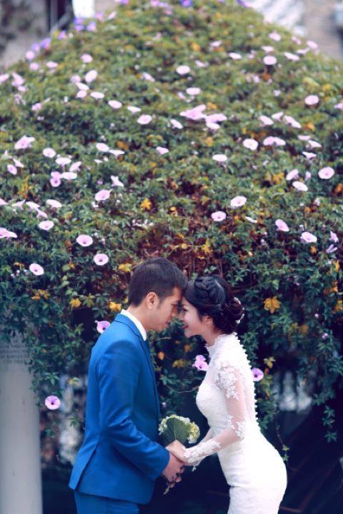 Năm 2013 Mai Chi kết hôn với chàng biên tập viên Đài truyền hình Việt Nam Bùi Đức Tuấn.