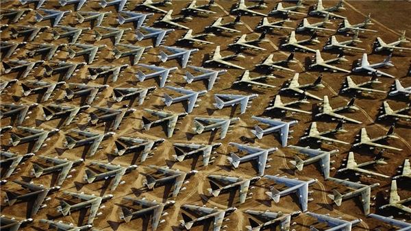 Cứ hễ thuộc về quân đội thì bất kì thứ gì cũng phải chuẩn xác đến từ milimet, như cách những chiếc máy bay này dừng đổ vậy.